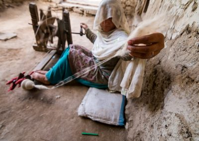 Pakistani women using an handmade spinning wheel Les femmes pakistanaises utilisant un rouet artisanal